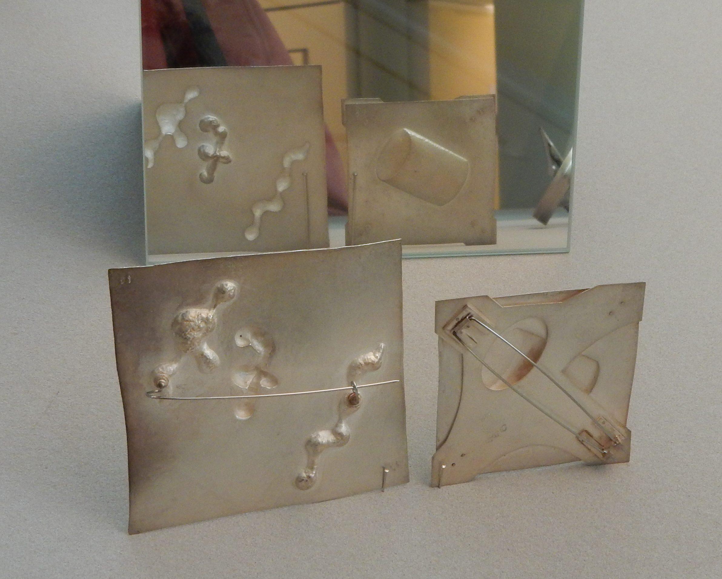 Onno Boekhoudt, broches, 1970. Collectie CODA, zilver, metaal, tentoonstelling, vitrine