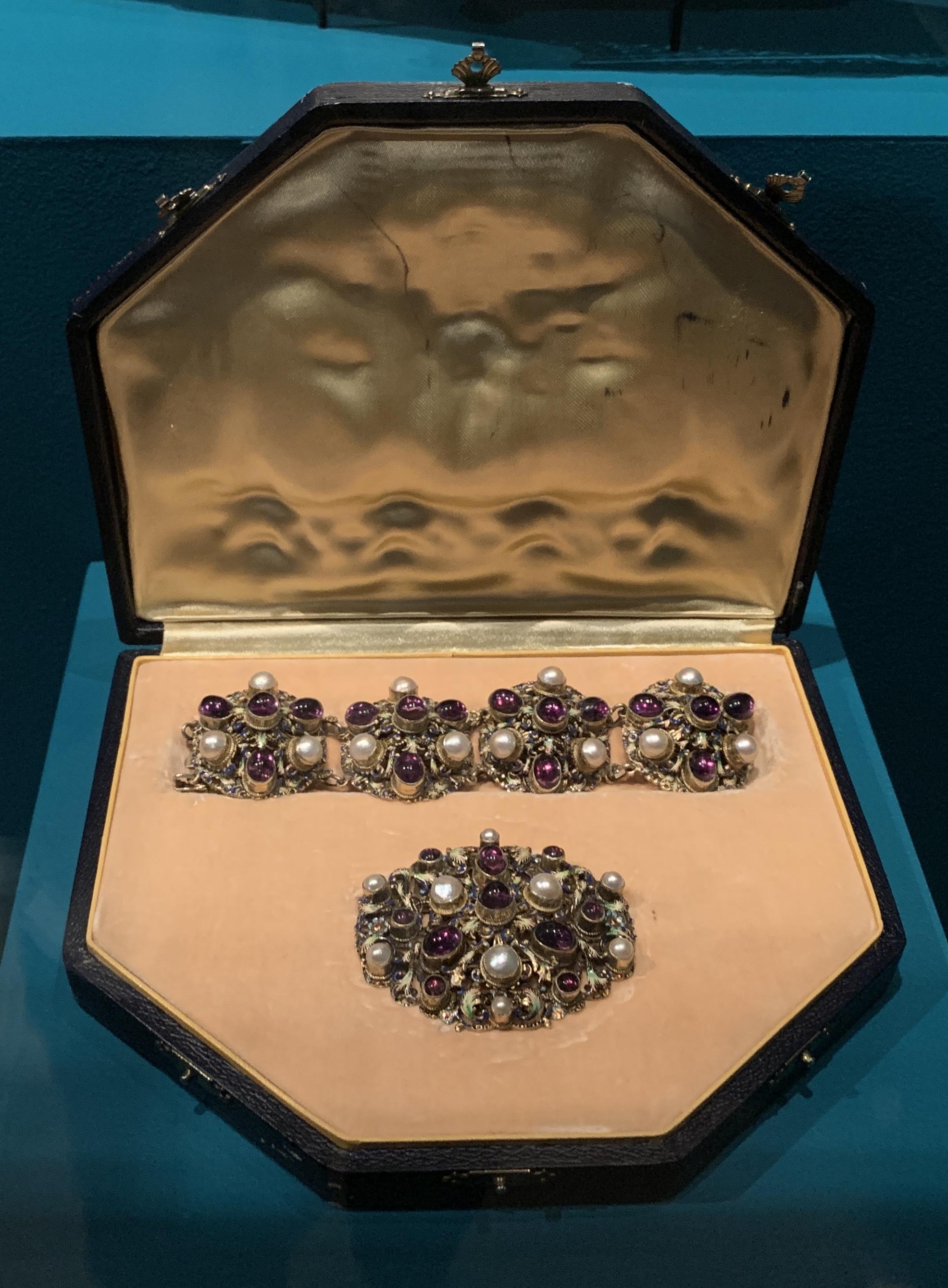 Juwelen! Hermitage Amsterdam, 2019. Armband en broche, 1850-1900. Foto met dank aan SAF, Astrid Berens©