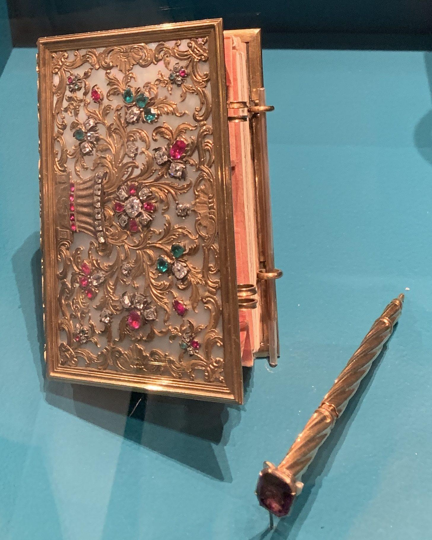 Juwelen! Hermitage Amsterdam, 2019. Notitieboekje/beurs, 1740-1750. Foto met dank aan SAF, Astrid Berens©