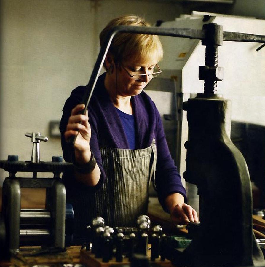 Jane Adam in haar atelier, 2013. Foto met dank aan The Scottish Gallery©