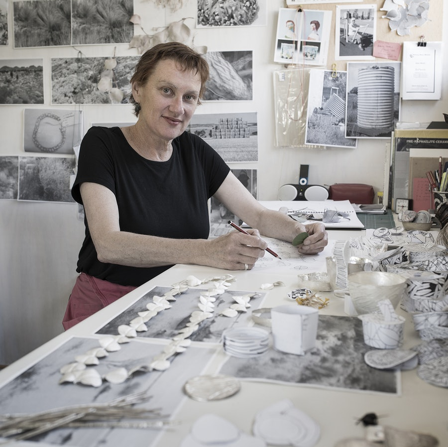 Julie Blyfield in haar atelier, 2015. Foto Grant Hancock, portret