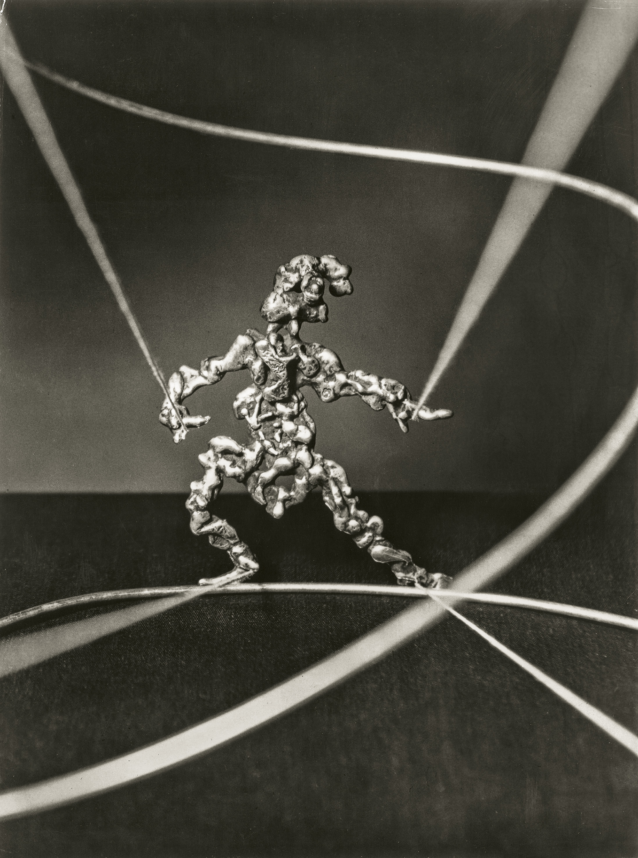 Sam Kramer, Antic Figure, hanger, circa 1946. Fotografie door Marvin Koner, courtesy Marc McDonald©