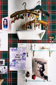 Antichambre met rommelmarktvondsten, waaronder een verzameling sleutelhangers gespeld op kleerhangers. Foto met dank aan DIVA, Stany Dederen©