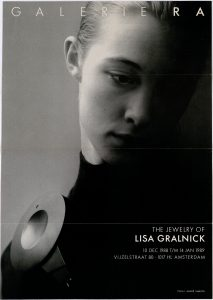 Ra Bulletin 44, december 1988, voorzijde met foto van André Lamoth met broche van Lisa Gralnick, drukwerk, papier