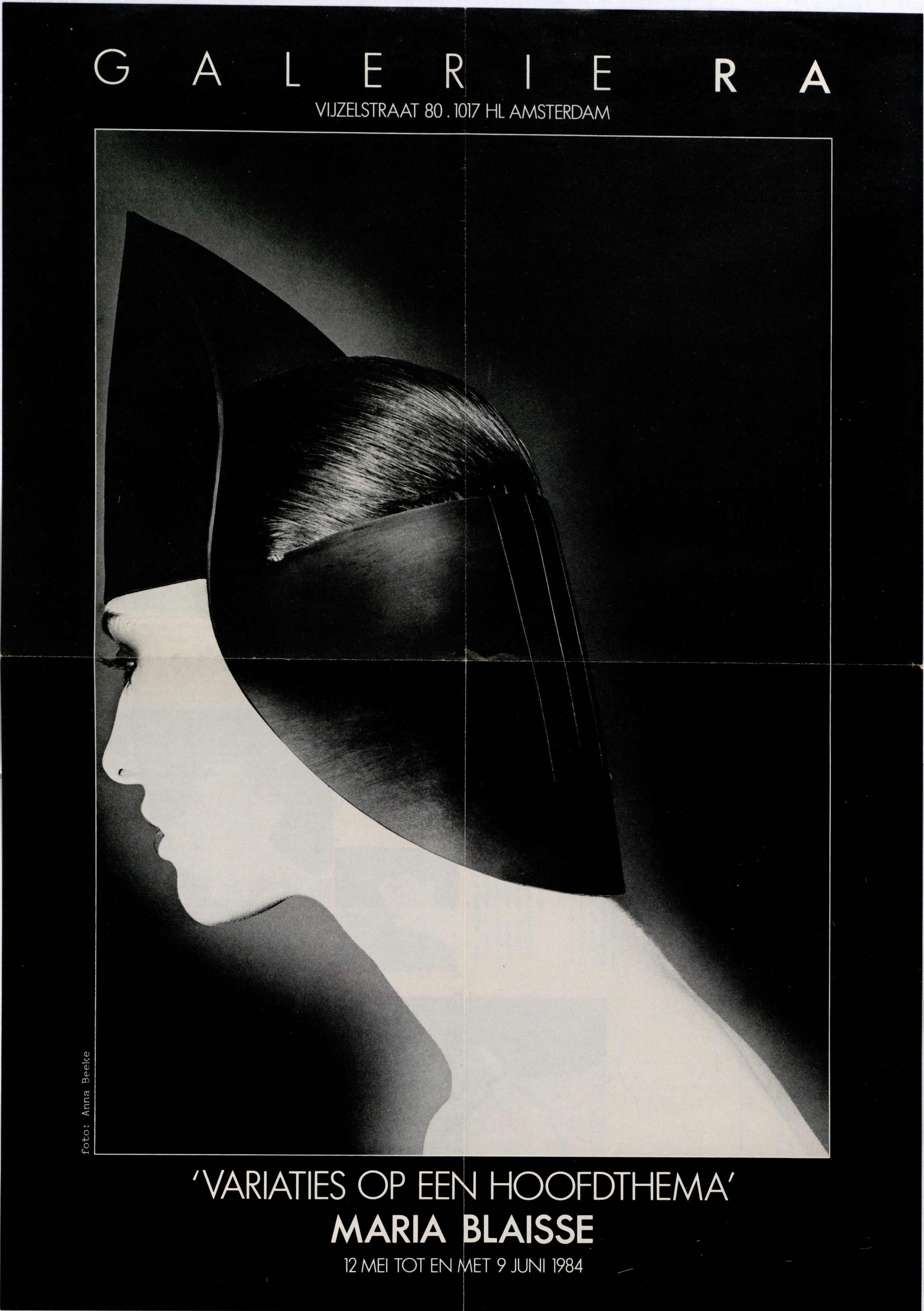 Ra Bulletin 11, mei 1984, voorzijde met hoed van Maria Blaisse, foto Anna Beeke, drukwerk, papier, rubber