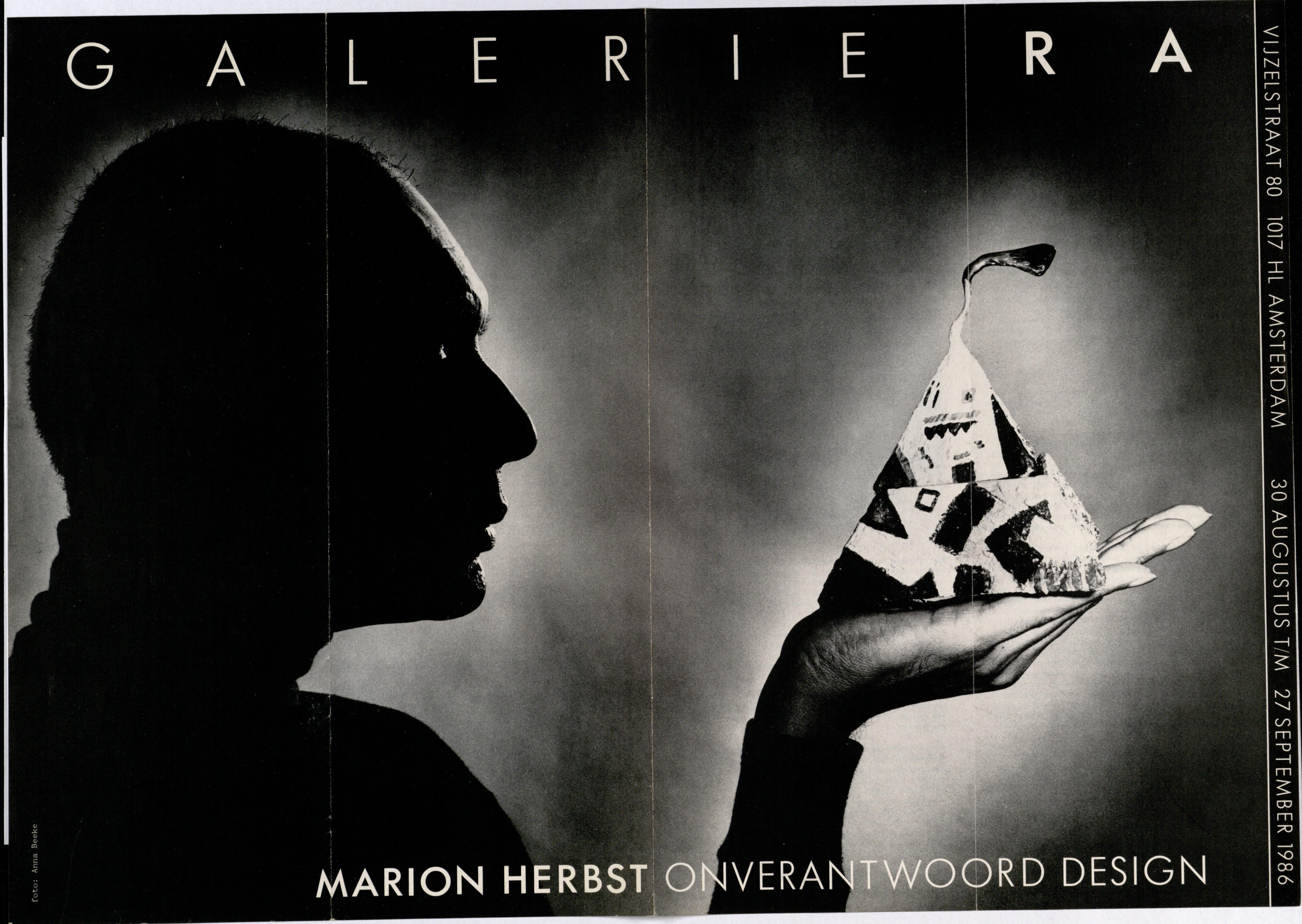 Ra Bulletin 28, augustus 1986, voorzijde met foto van Anna Beeke met object van Marion Herbst