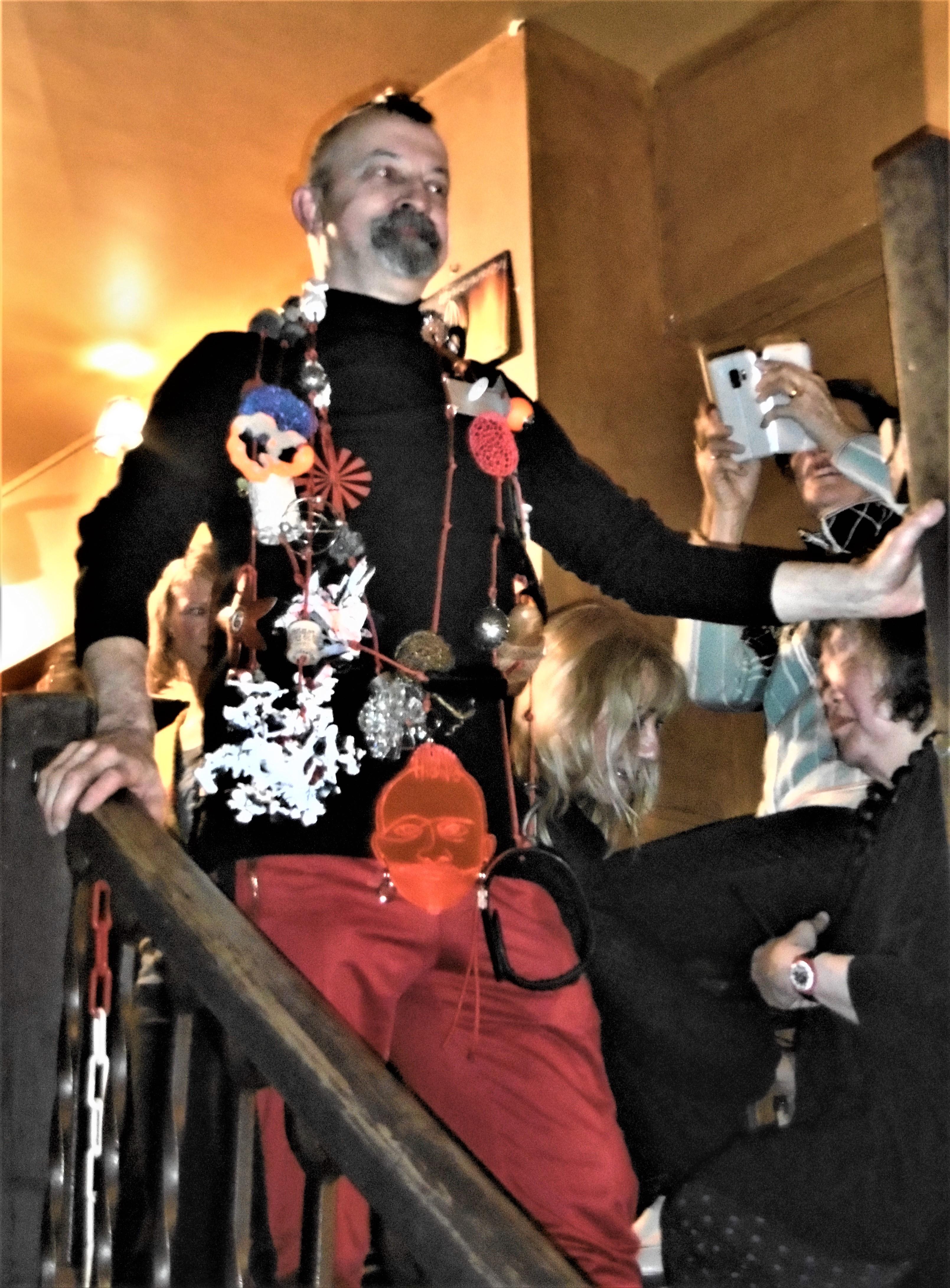 Paul Derrez met halssieraad door de kunstenaars uit Galerie Ra, 20 februari 2020. Foto Lous Martin, portret