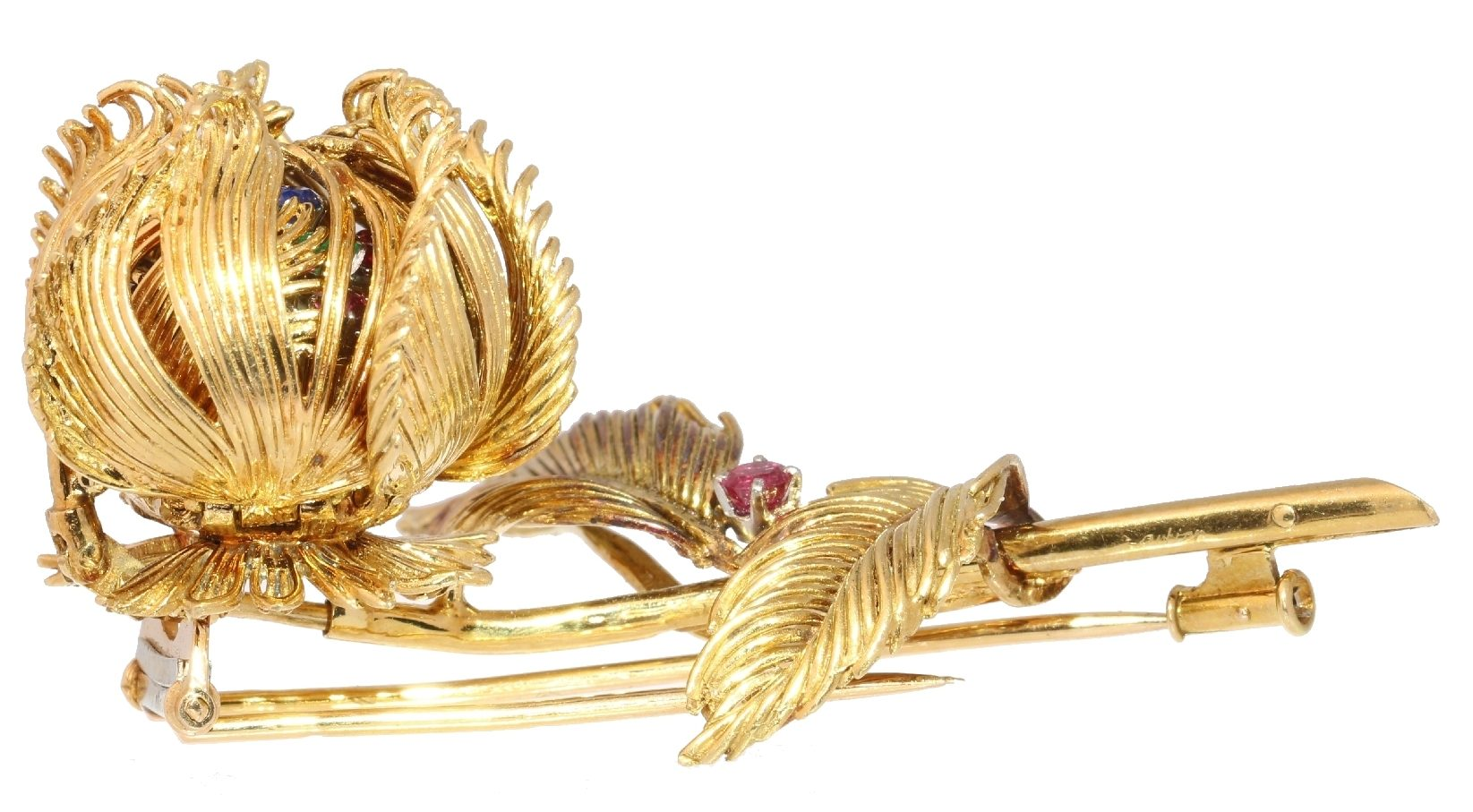 Cartier, broche, 1950-1959, gesloten. Foto Adin, goud, diamanten, saffieren, robijnen
