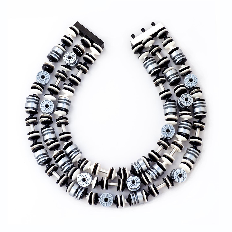 Emiko Oye, Silver Hubs, halssieraad. Foto met dank aan Emiko Oye, LEGOstenen, zilver, nylon, staal