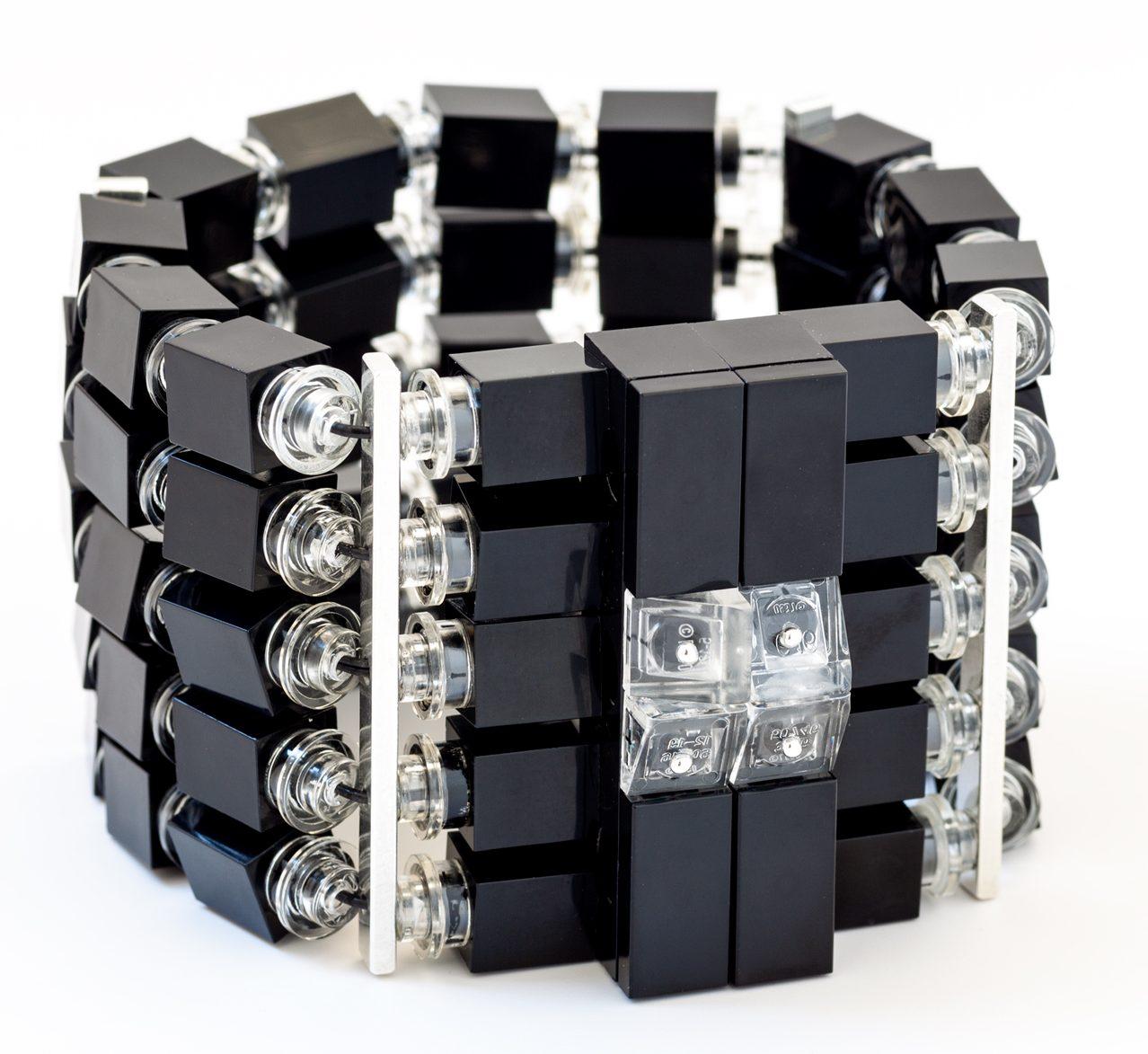 Emiko Oye, Blackstar magnetic, armband. Foto met dank aan Emiko Oye, LEGOstenen, zilver, koord van rubber, magneet
