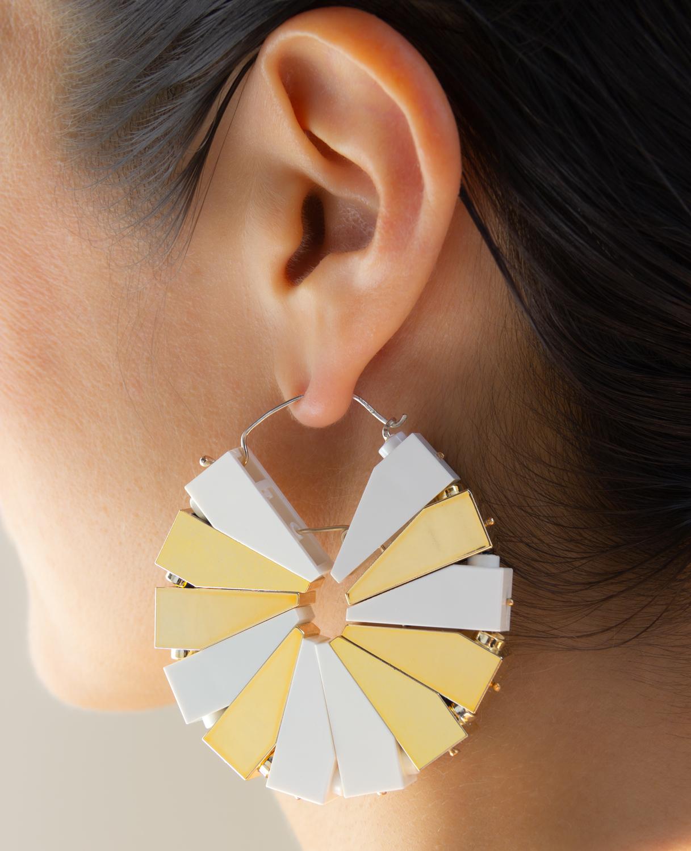Emiko Oye, Stardust Pinwheel, oorsieraad. Foto met dank aan Emiko Oye, LEGOstenen, metaal