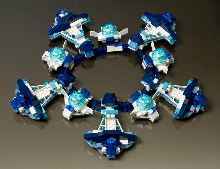 Emiko Oye, Cygne Noir, halssieraad, 2009. Foto met dank aan Emiko Oye, LEGOstenen, elastiek, zilver