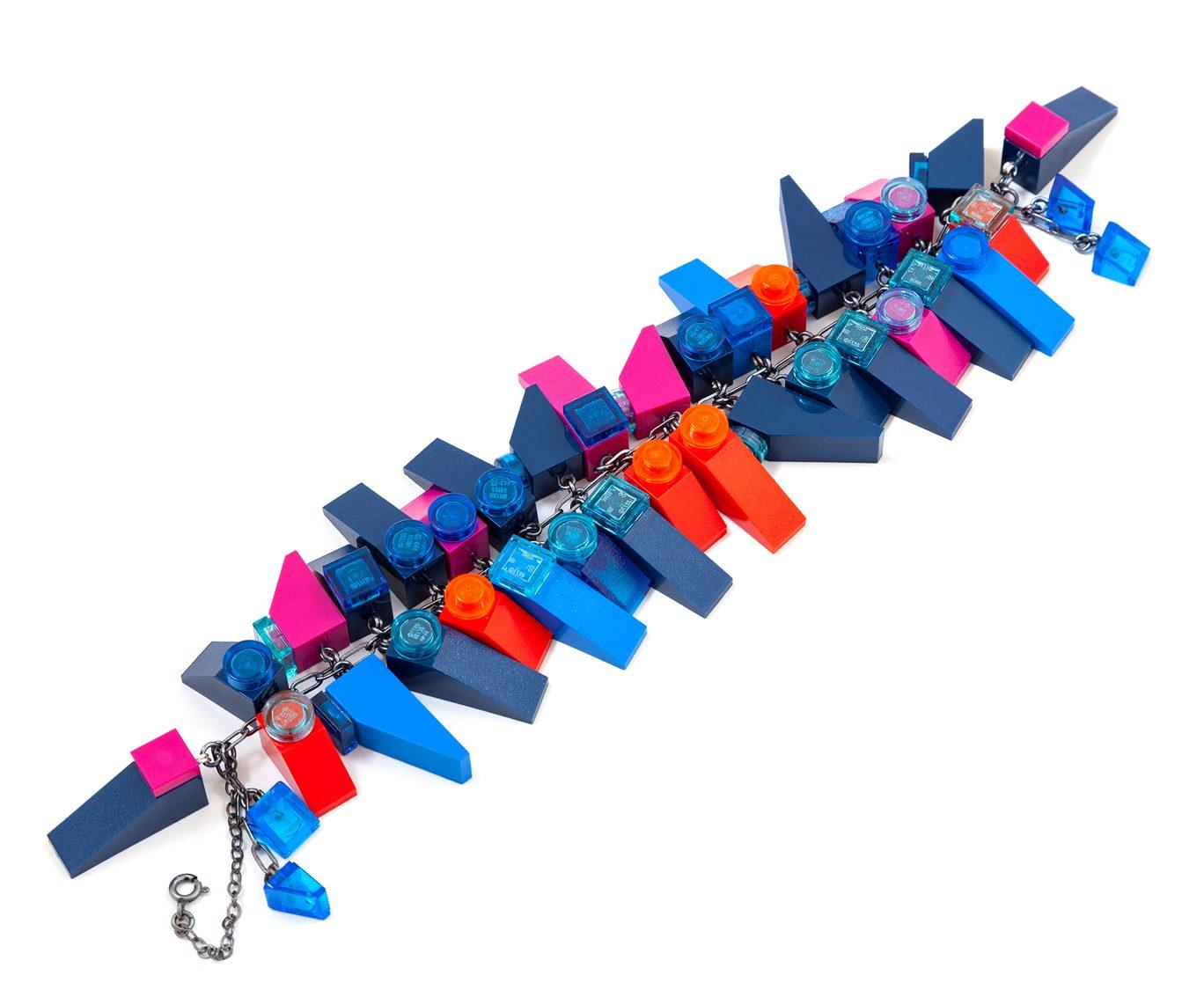 Emiko Oye, Stardust Slopes, armband. Foto met dank aan Emiko Oye, LEGOstenen, zilver