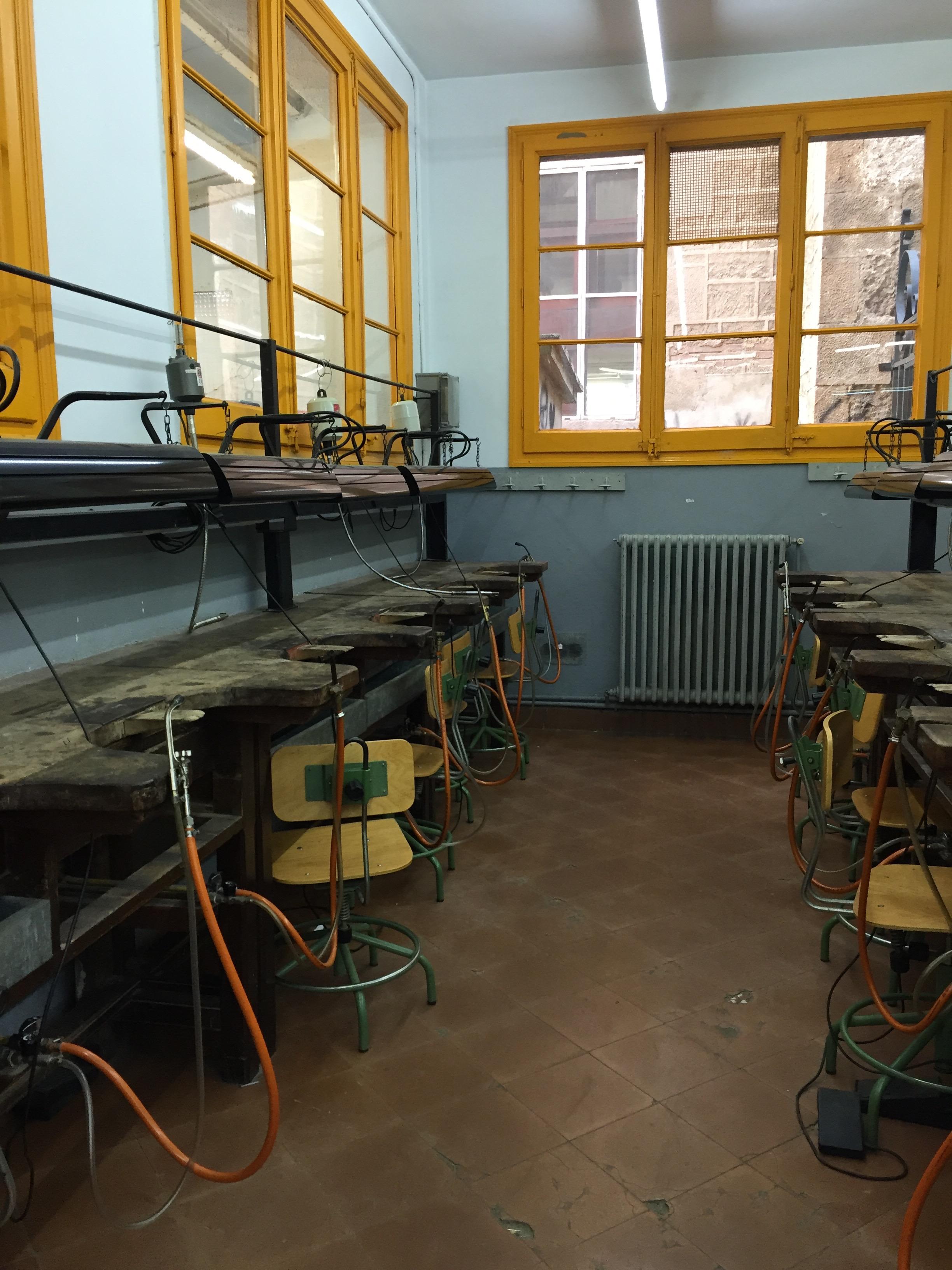 Escola Massana, Barcelona. Foto Alejandra Solar, interieur, werkbanken