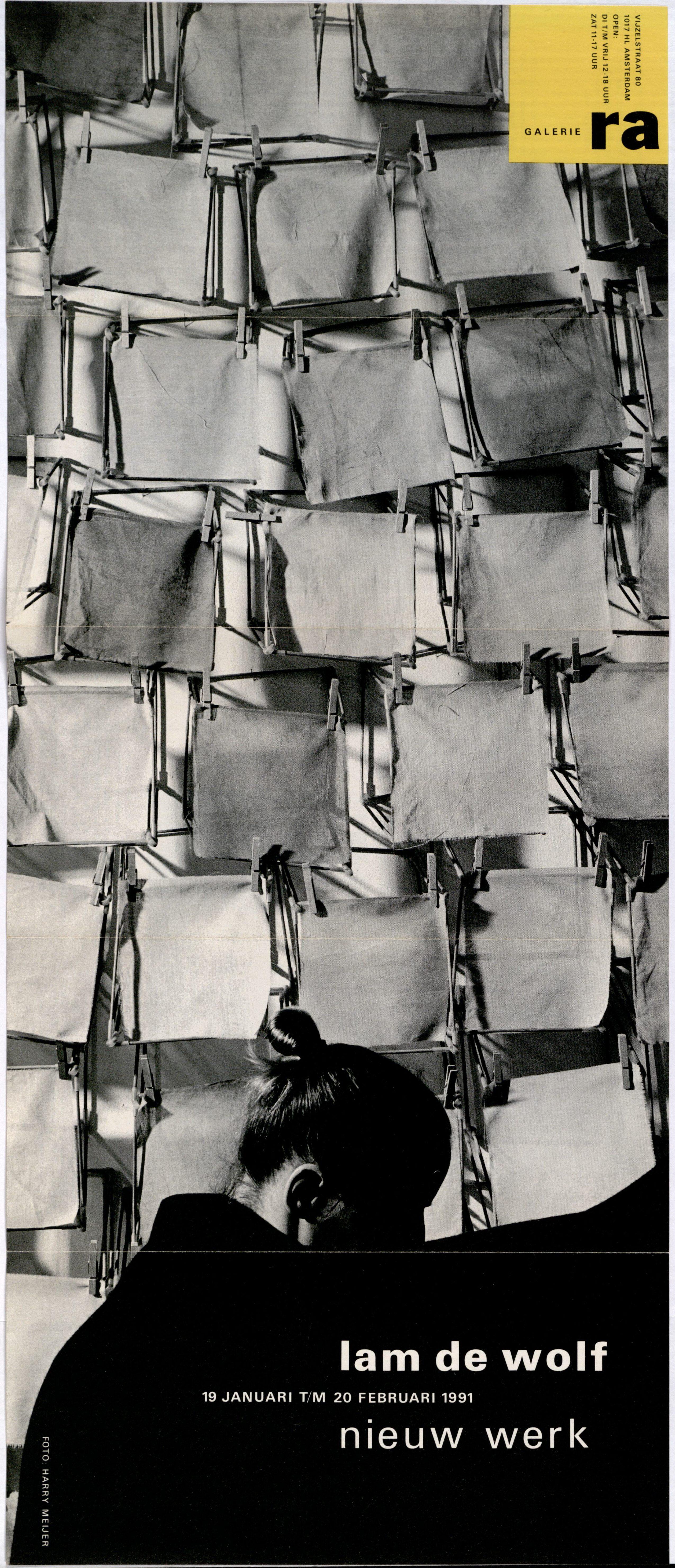 Ra Bulletin 59, januari 1991, voorzijde met foto van Harry Meijer met object van Lam de Wolf, drukwerk, papier, textiel, hout