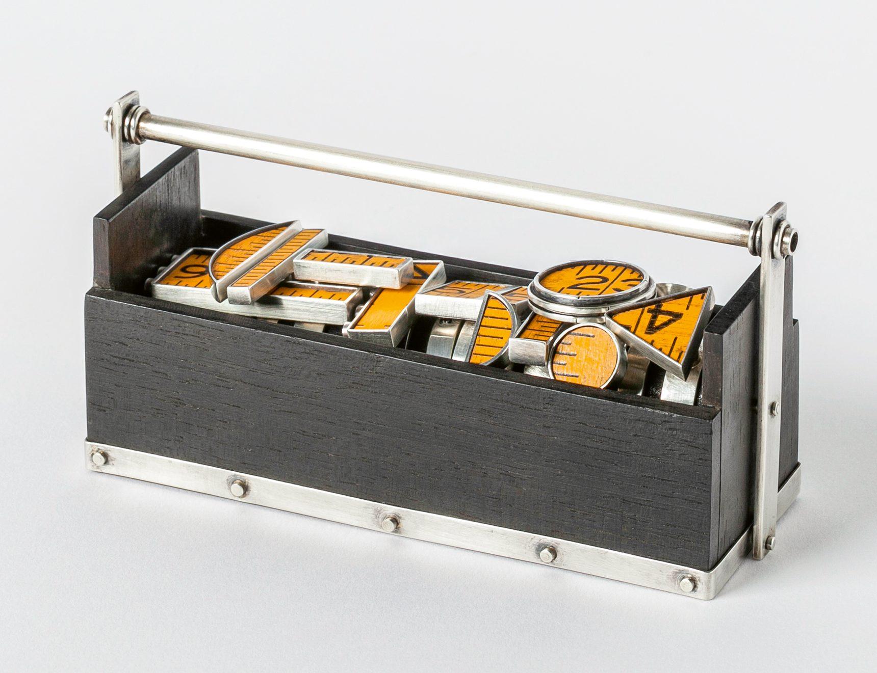 Kiff Slemmons, Overruled, ringen, 1996. Collectie Die Neue Sammlung. Foto Alexander Laurenzo, duimstok, zilver, ebbenhout