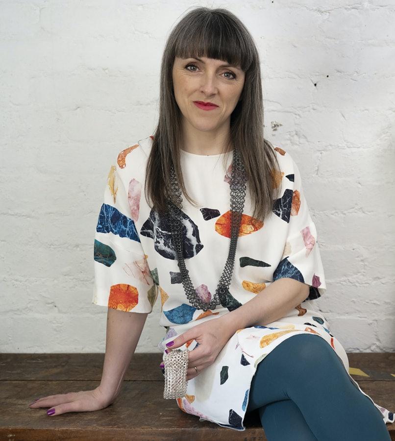 Joanne Thompson, portret, halssieraad, metaal