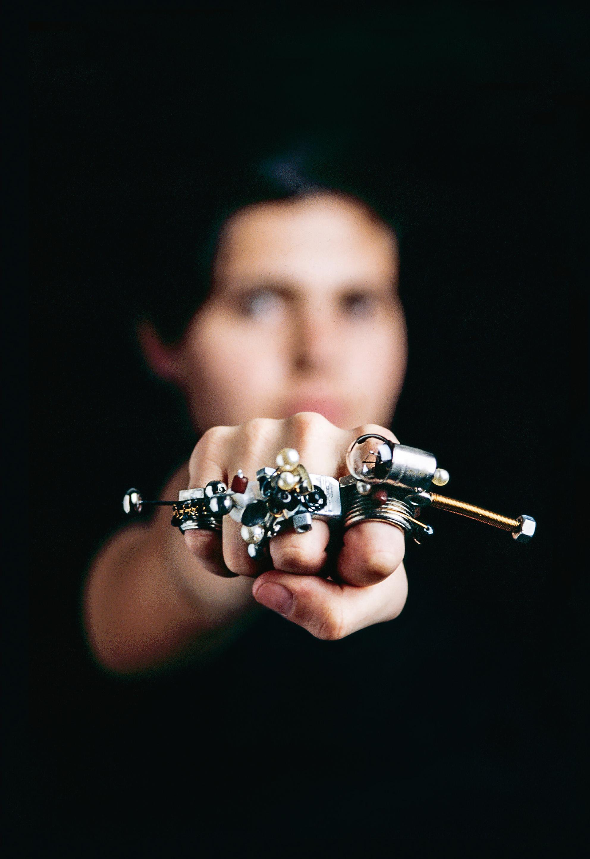 Inês Nunes, 10 Anéis para 10 Dedos, 1997. Foto F. Moura Machado, metaal, lampjes, parels en schroeven