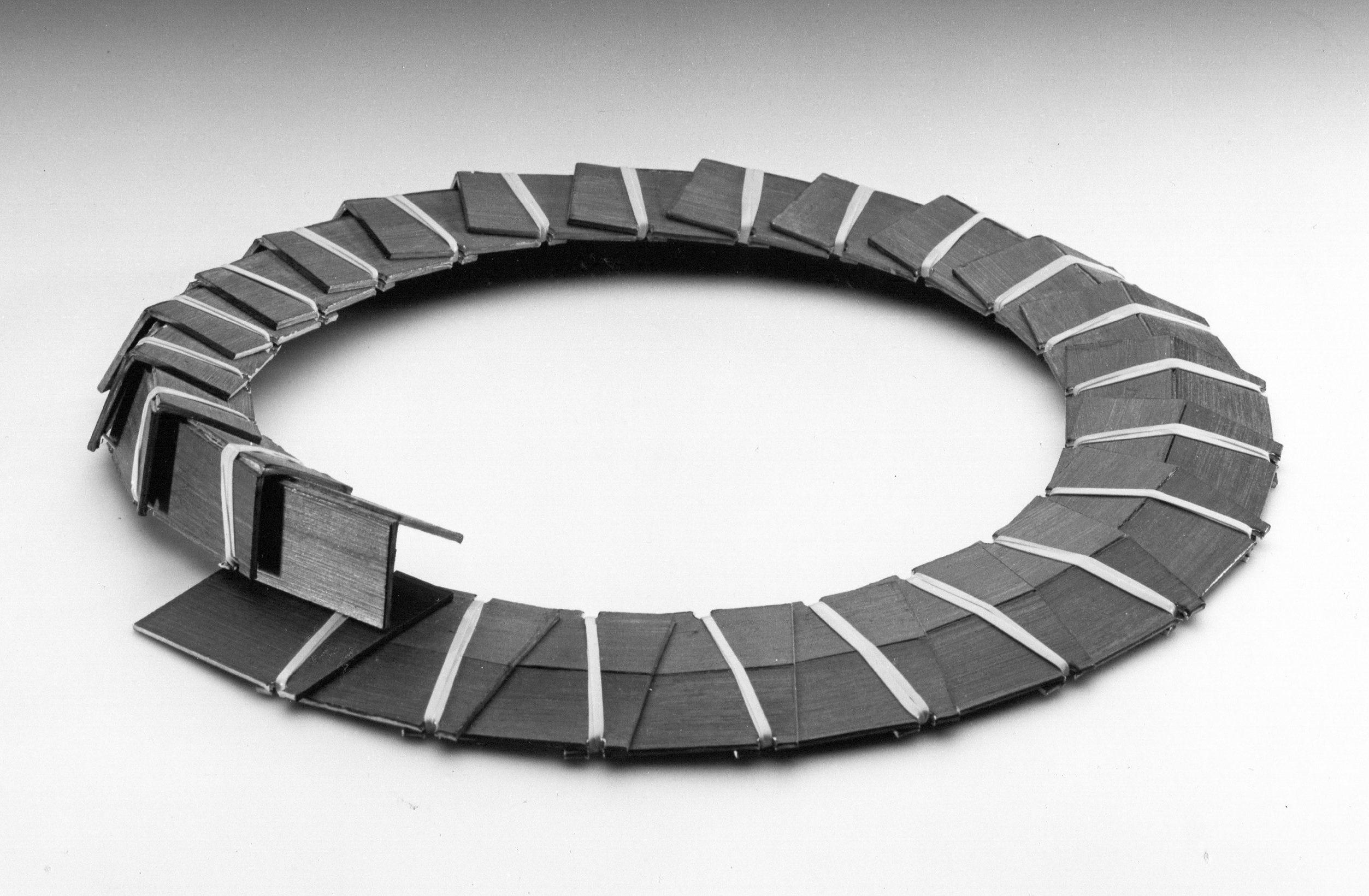 Lous Martin, Unieke herhaling, halssieraad, 1987, geanodiseerd aluminium, roestvrij staal
