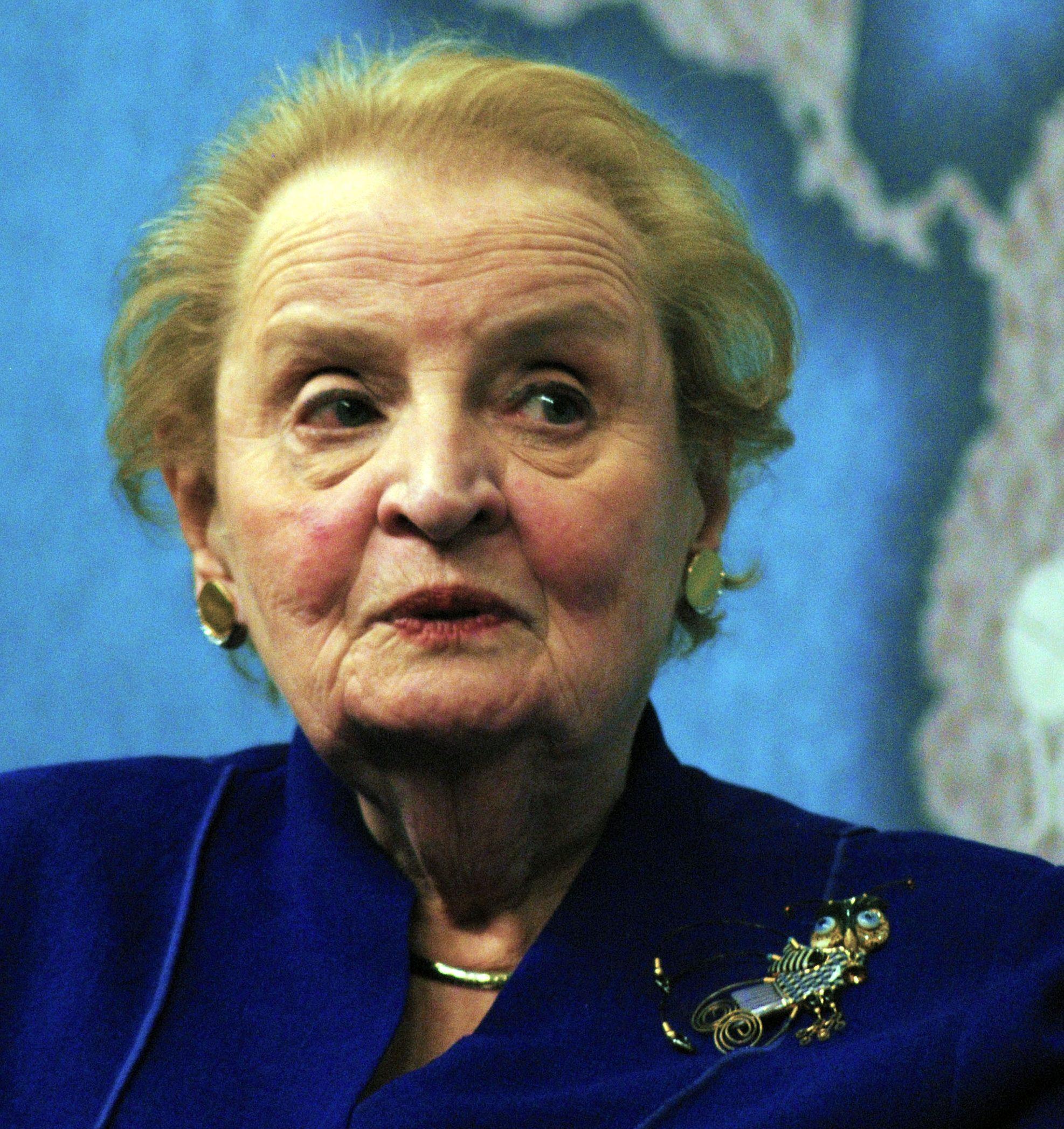 Madeleine Albright draagt een broche, 19 april 2013. Foto Chatham House, portret
