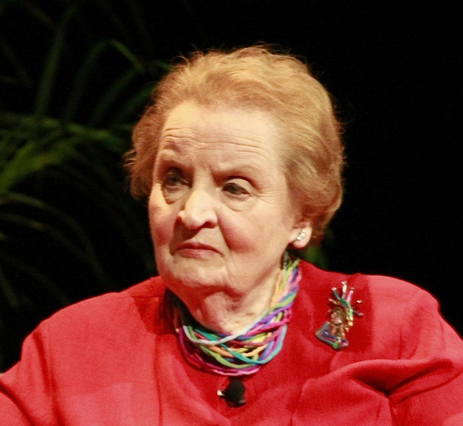Madeleine Albright draagt een halssieraad en een broche, 30 april 2012. Foto Knight Foundation, portret