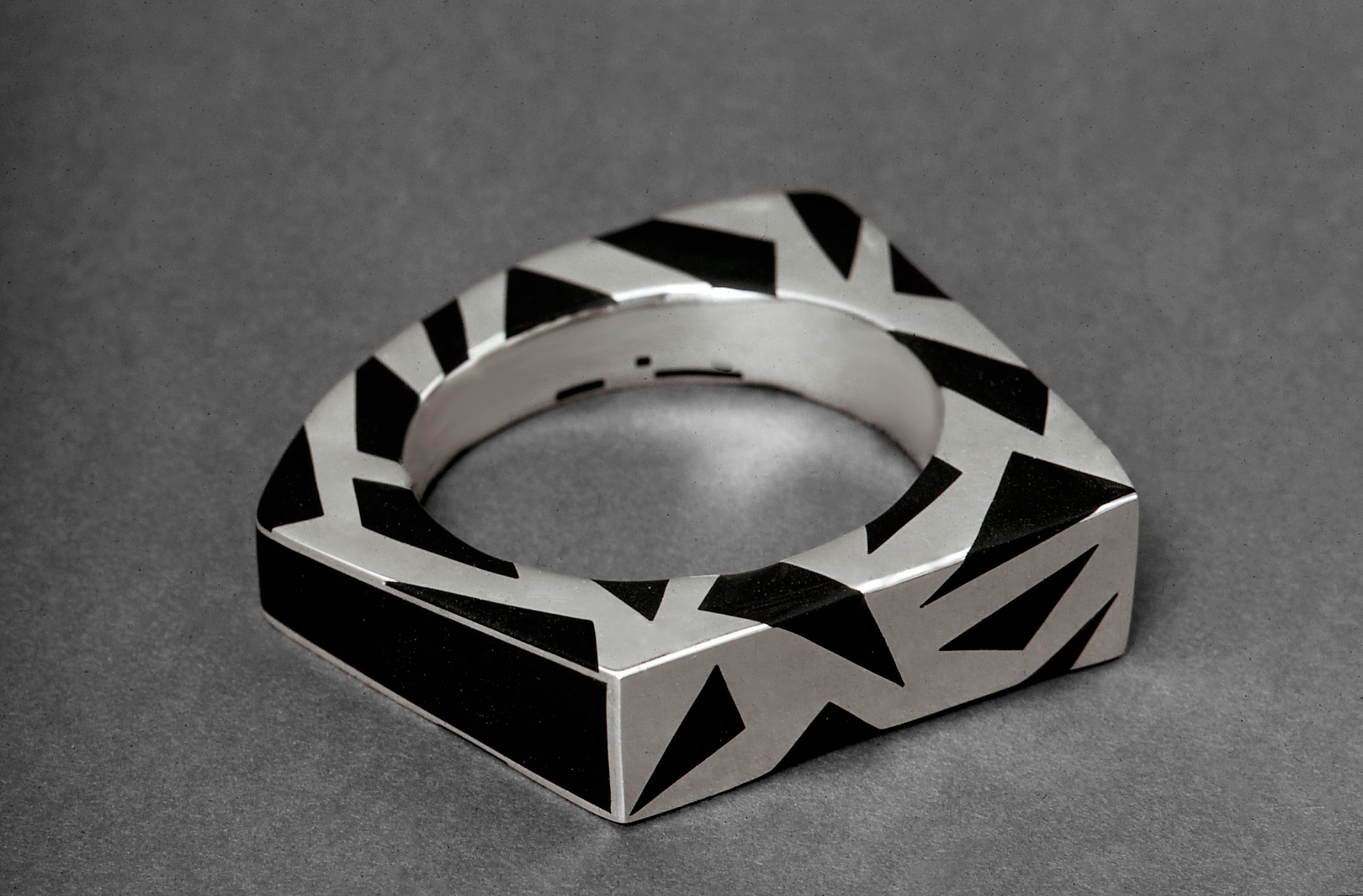Tereza Seabra, armband, 1969. Foto Bernard Vidal, zilver, ebbehout