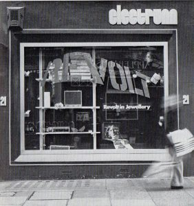 Revolt in Jewellery, Electrum Gallery, 1974. Foto Ray Carpenter, galerie, tentoonstelling, exterieur, etalage