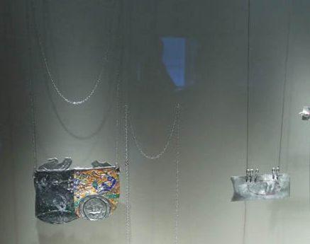 Deganit Stern Schocken. Transit, Schmuckmuseum Pforzheim, 2012. Foto Jürgen Eickhoff, blik diamant, staal, zilver