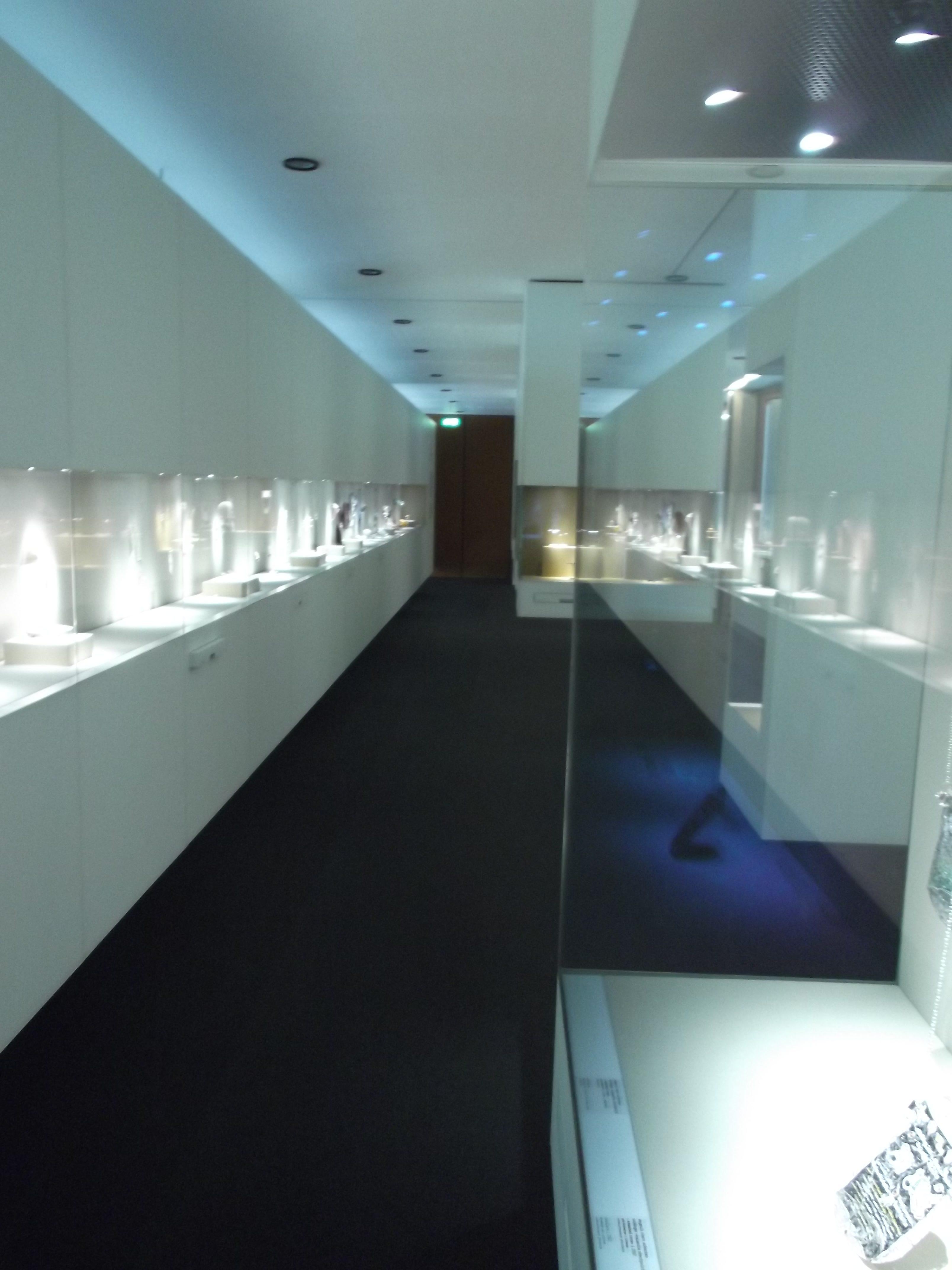 Transit, Schmuckmuseum Pforzheim, 2012. Foto met dank aan Jürgen Eickhoff, vitrines, tentoonstelling