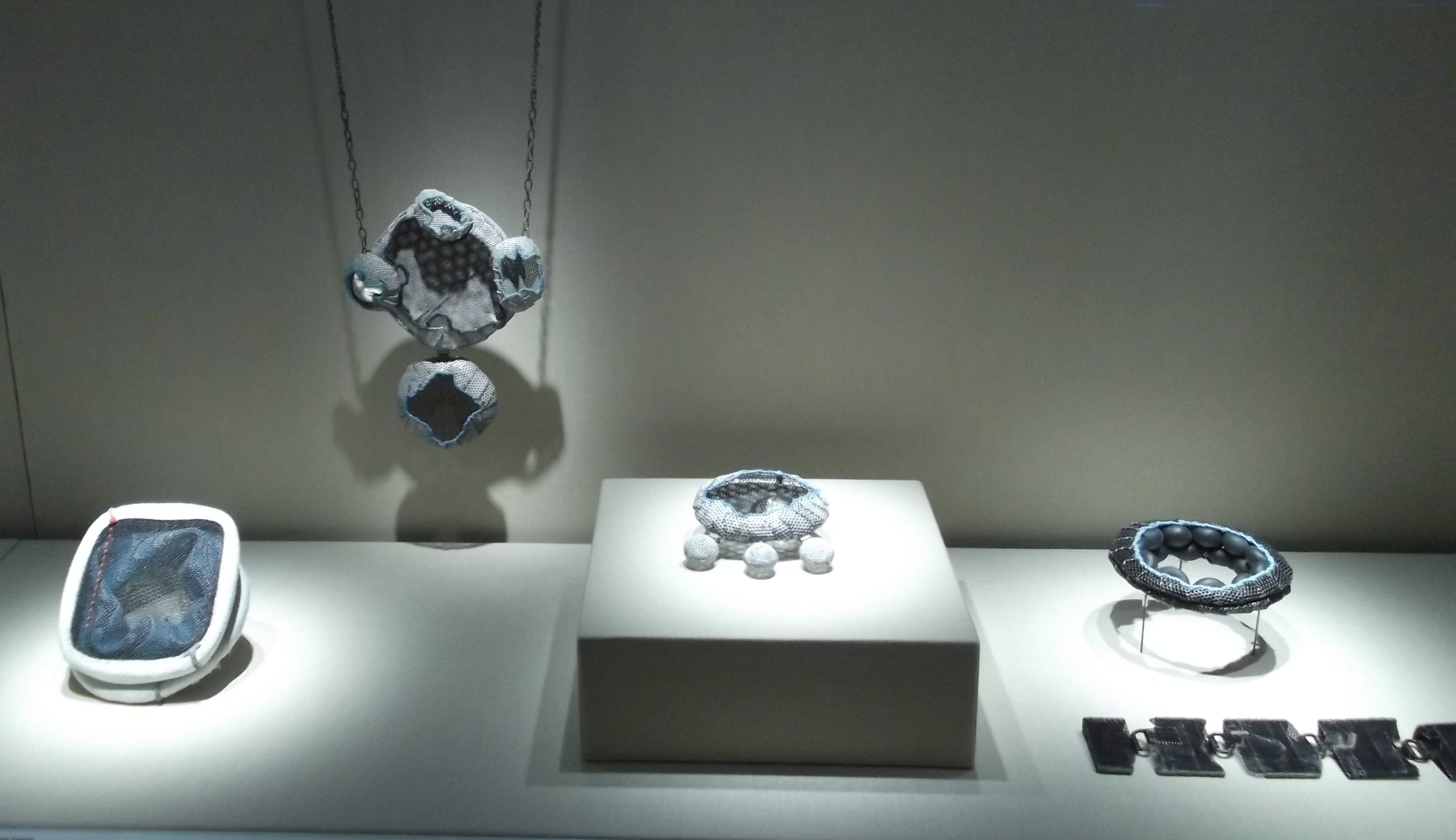 Dana Hakim. Transit, Schmuckmuseum Pforzheim, 2012. Foto Jürgen Eickhoff, sieraden, tentoonstelling, ijzer, katoen, verf, lak