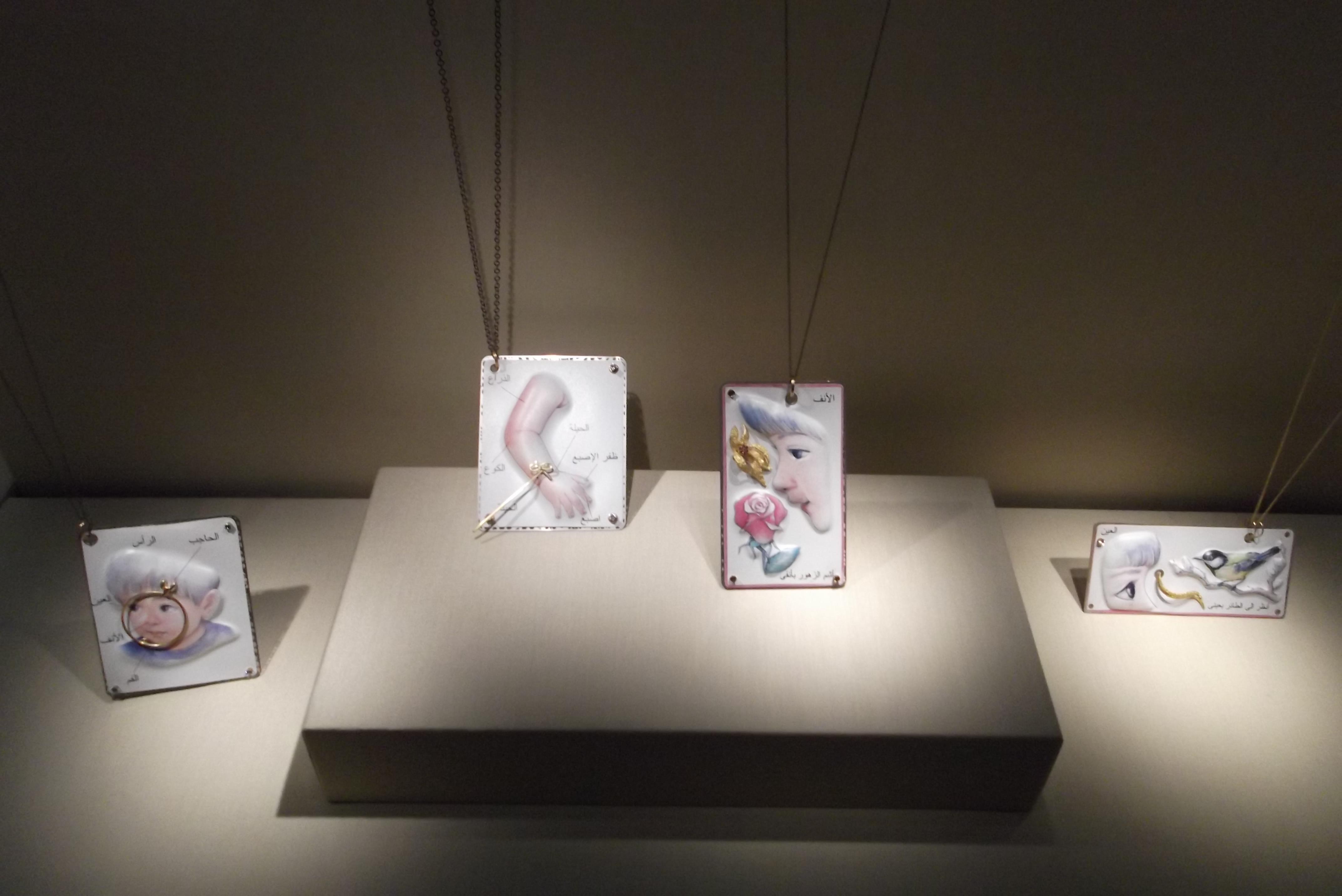 Deganit Stern Schocken, halssieraden, 2009-2010. Transit, Schmuckmuseum Pforzheim, 2012. Foto Jürgen Eickhoff, staal, polystreen, zilver, goud, zirkonia