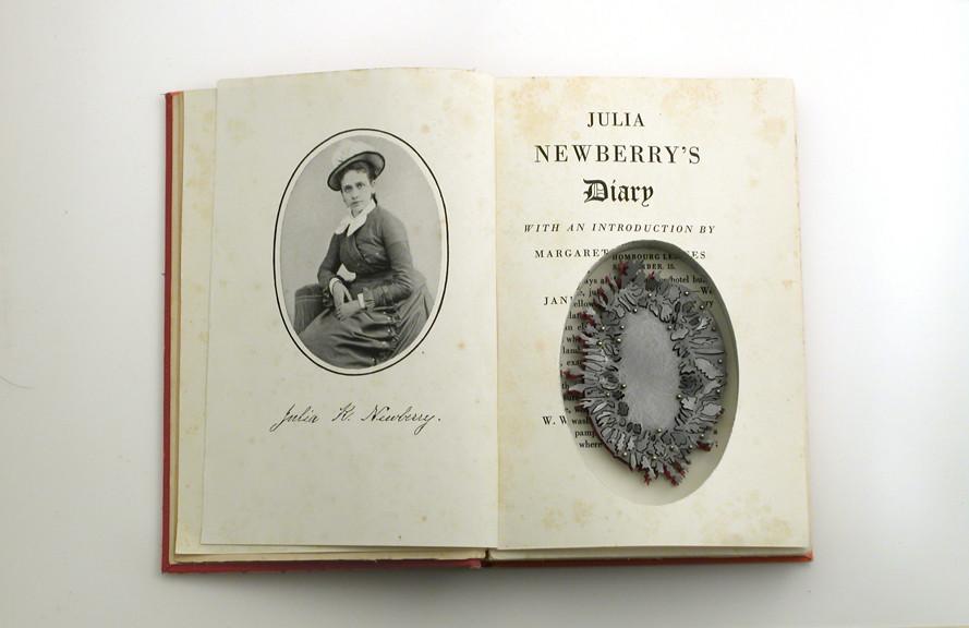 Sondra Sherman, Julia Newberry's Diary, broche, 2010-2020, staal, goud, nagellak