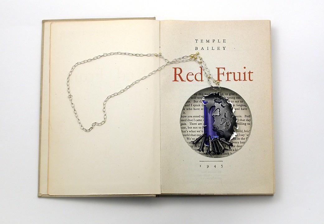 Sondra Sherman, Red Fruit, halssieraad, 2010-2020, papier, zilver, goud, glas