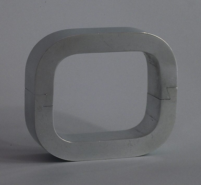 Charlotte van der Waals, draaiarmband, armband, 1973. Foto Lous Martin, aluminium