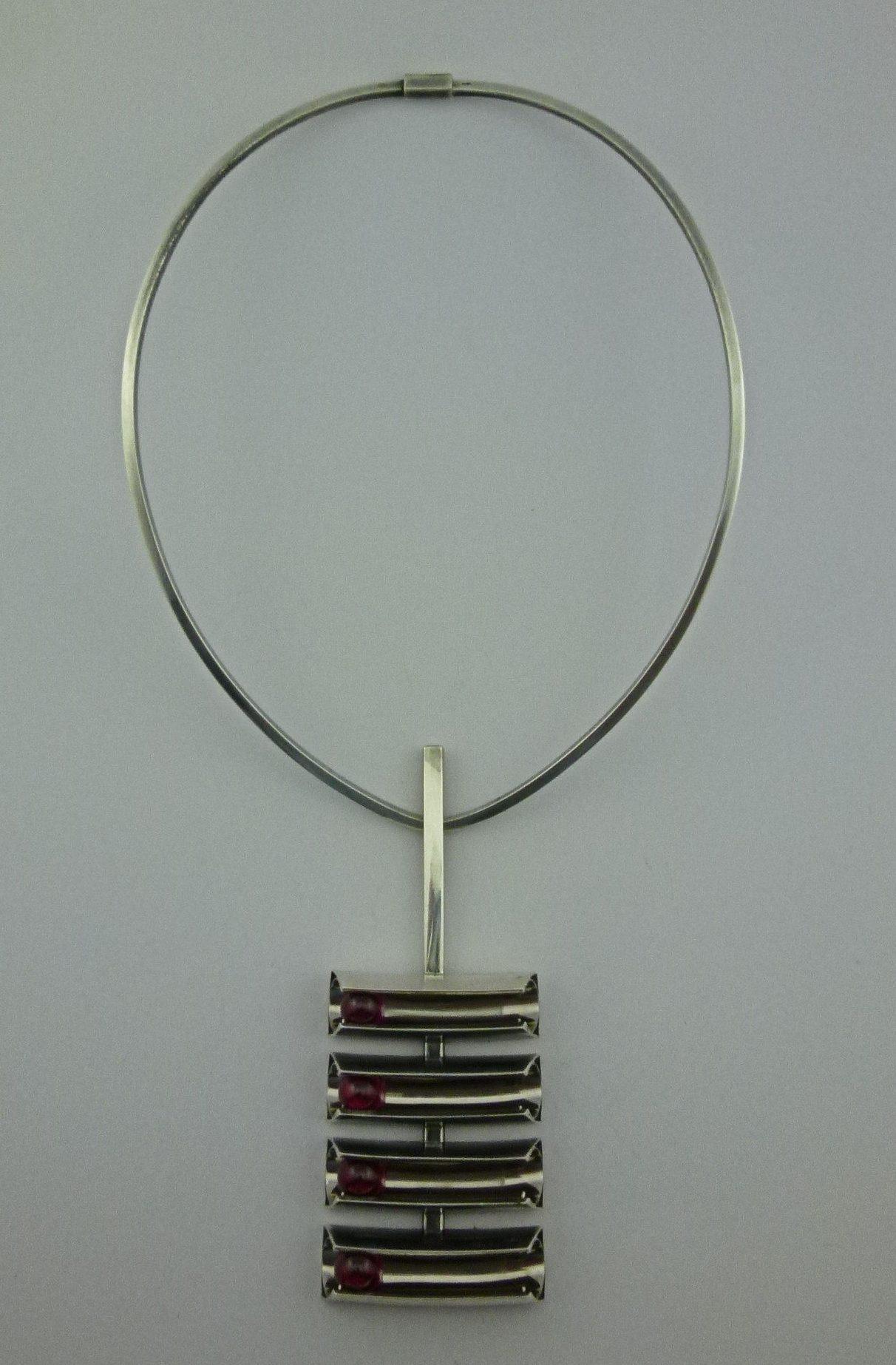 Archibald Dumbar, halssieraad, 1963-1965. Particuliere verzameling, ziver, synthetische robijn, witgoud