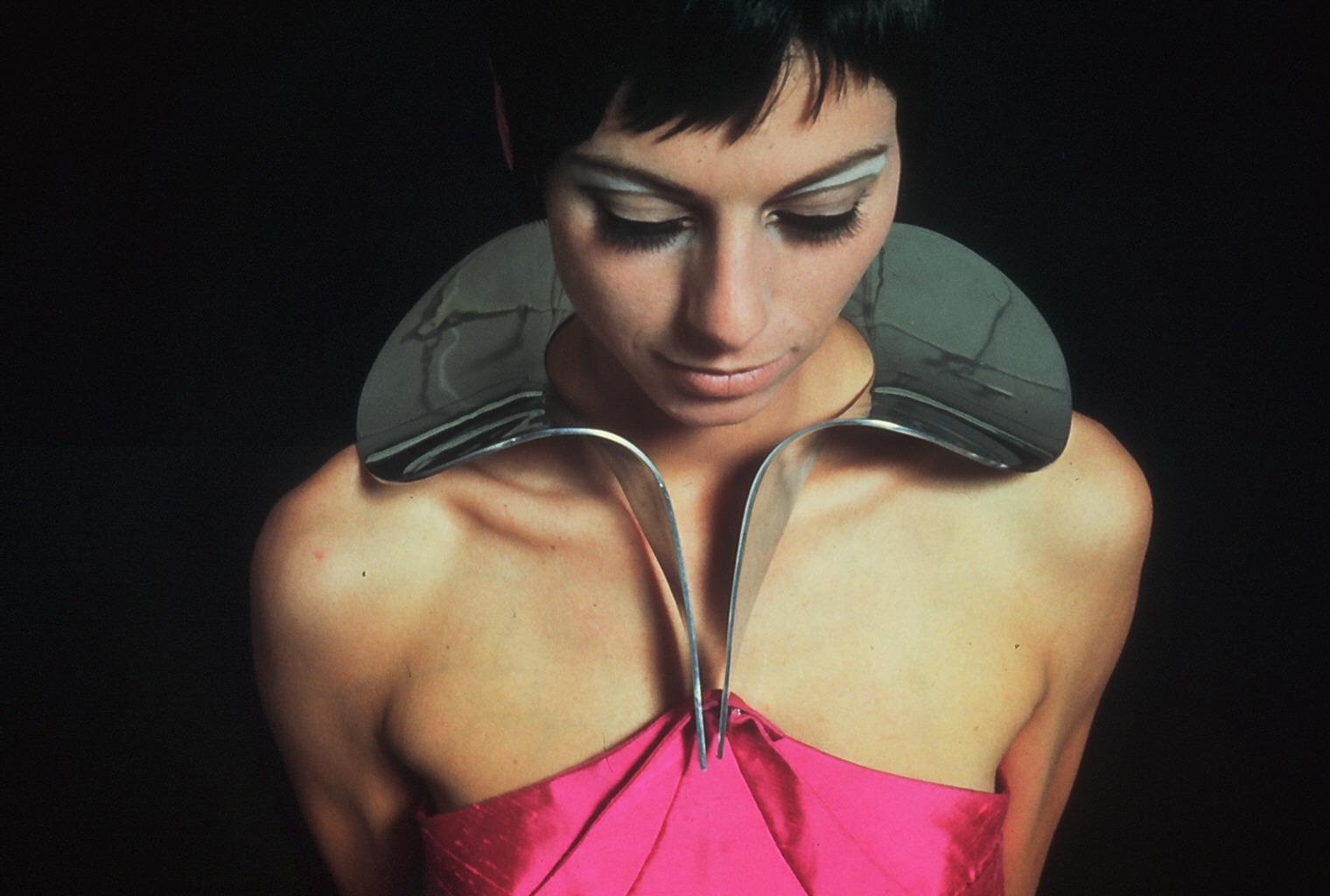 Emmy van Leersum, halssieraad met kleding, 1968. Foto Peer van der kruis, aluminium, textiel