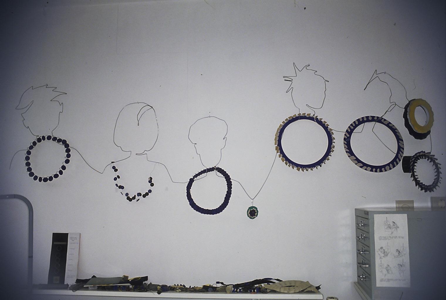 Wand in atelier van Lous Martin, 1995, halssieraden