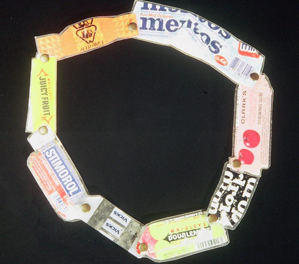 Mecky van den Brink, Snoep, halssieraad, 1983, papier, laminaat