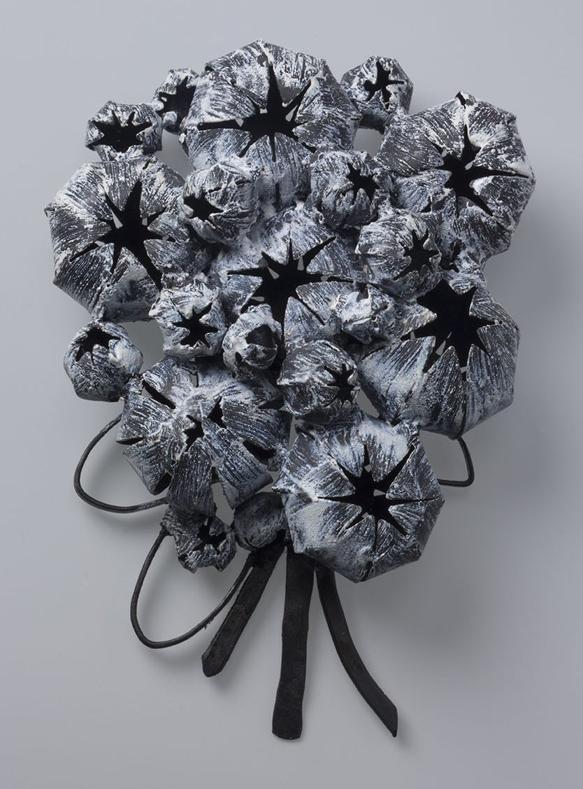 Lorena Lazard, Naturaleza 5, broche, geöxideerd zilver, email