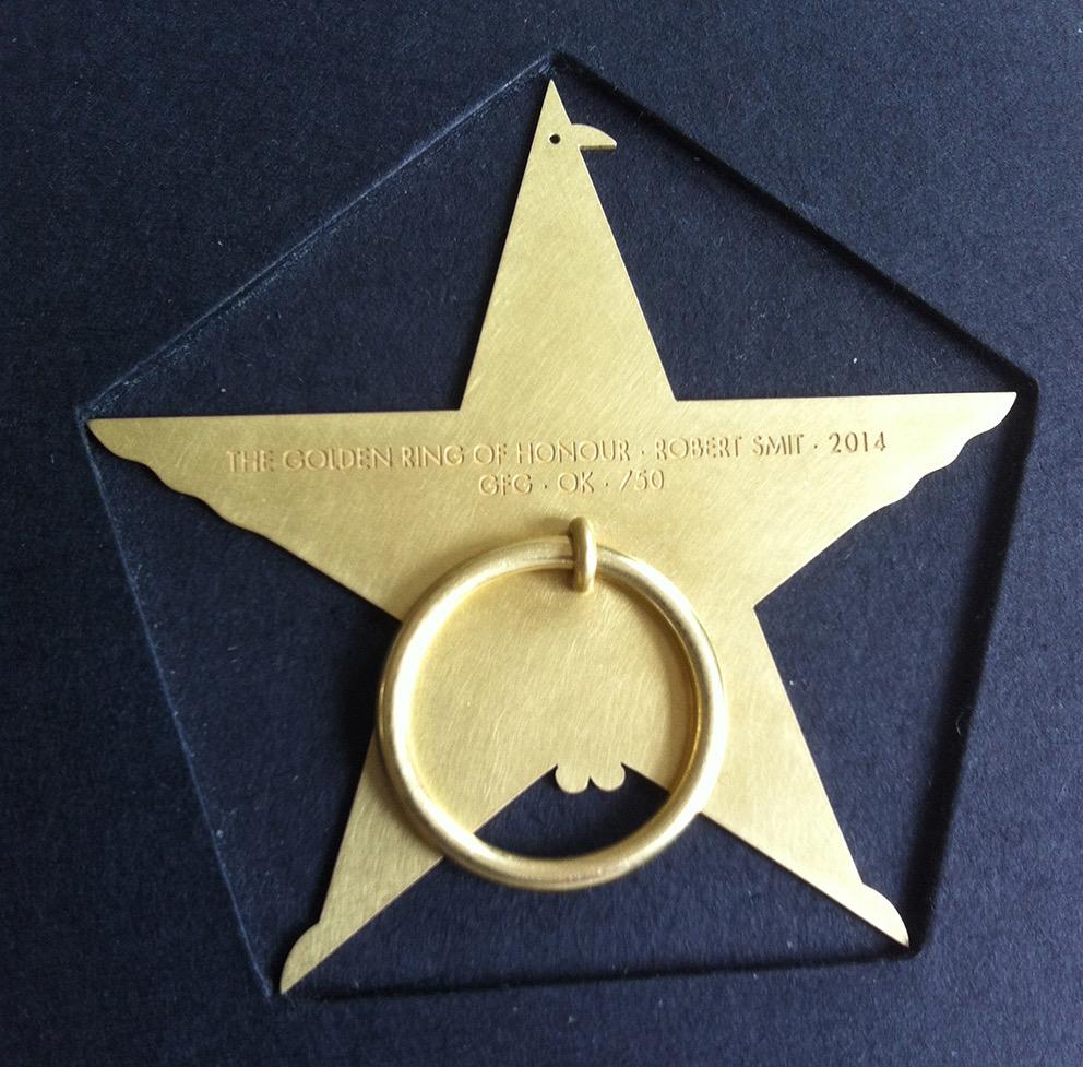 Goldener Ehrenring voor Robert Smit door Otto Künzli, 2014, achterzijde. Foto Louise Smit, verpakking, goud