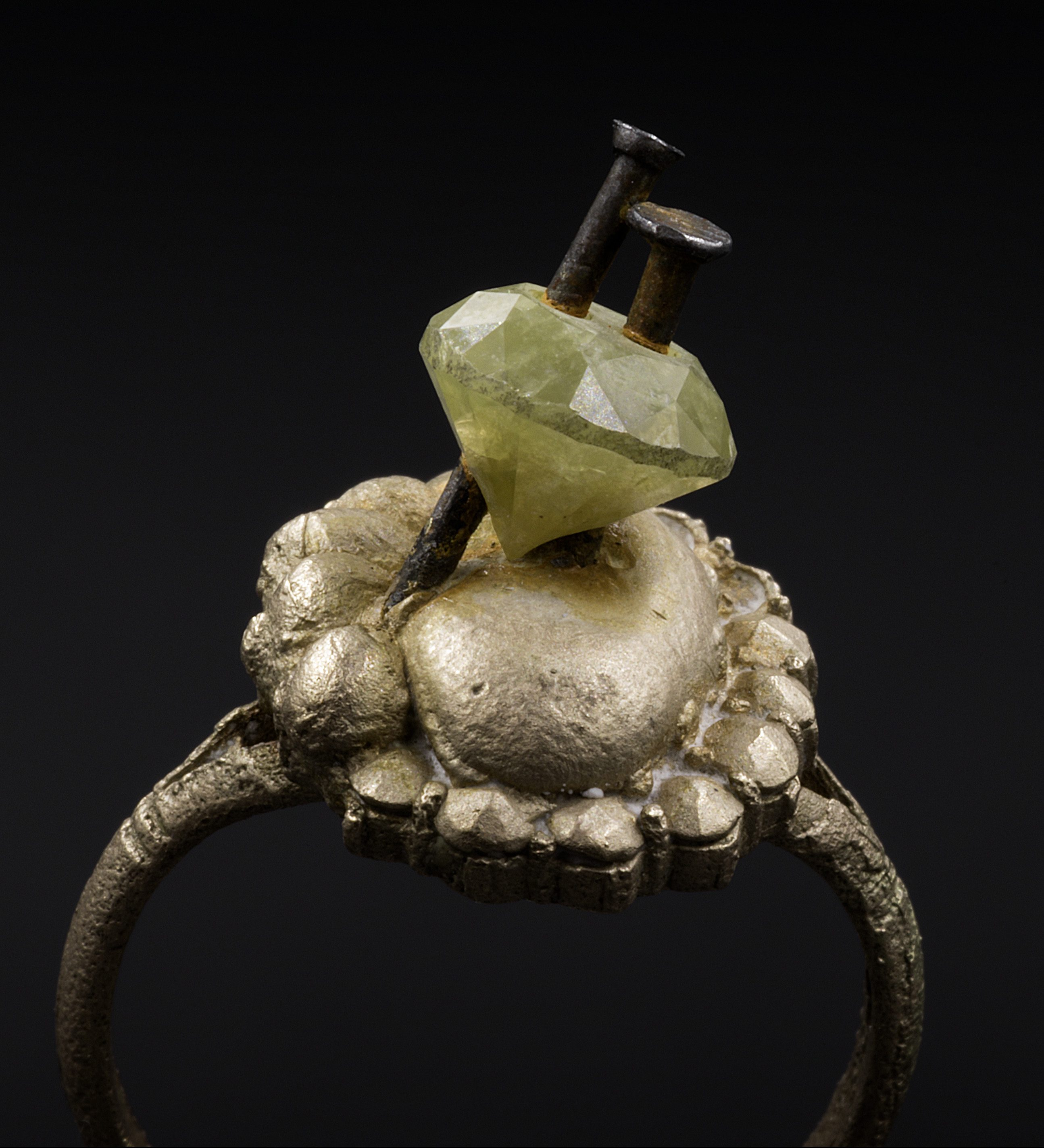 Karl Fritsch, ring, 2008. Foto Erich Spahn, goud, staal, diamant