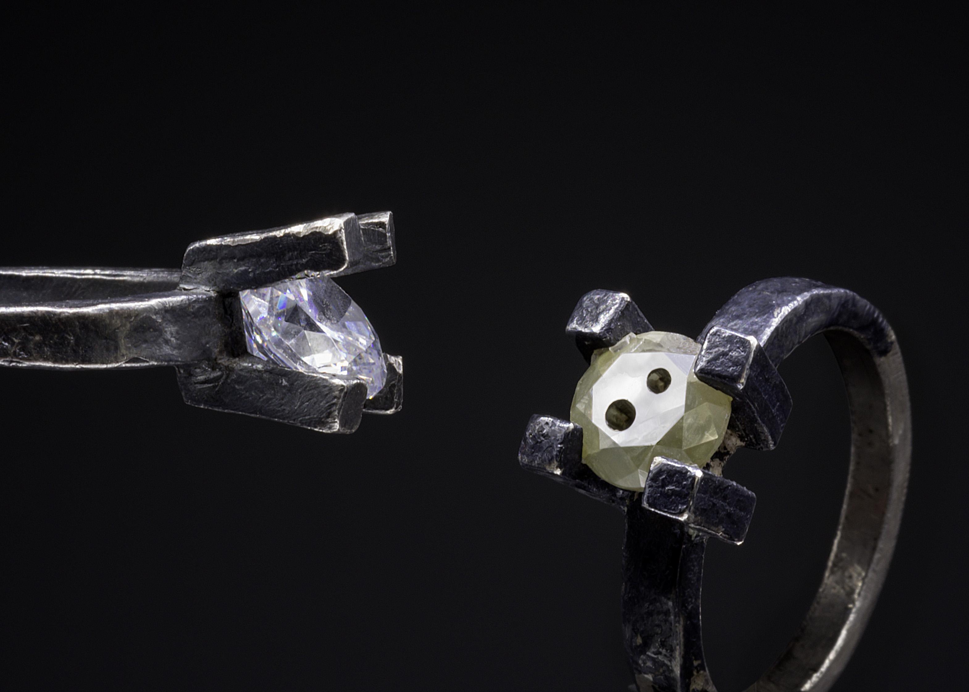 Karl Fritsch, ringen, 2019 en 2016. Foto Erich Spahn, zilver, niello, diamant