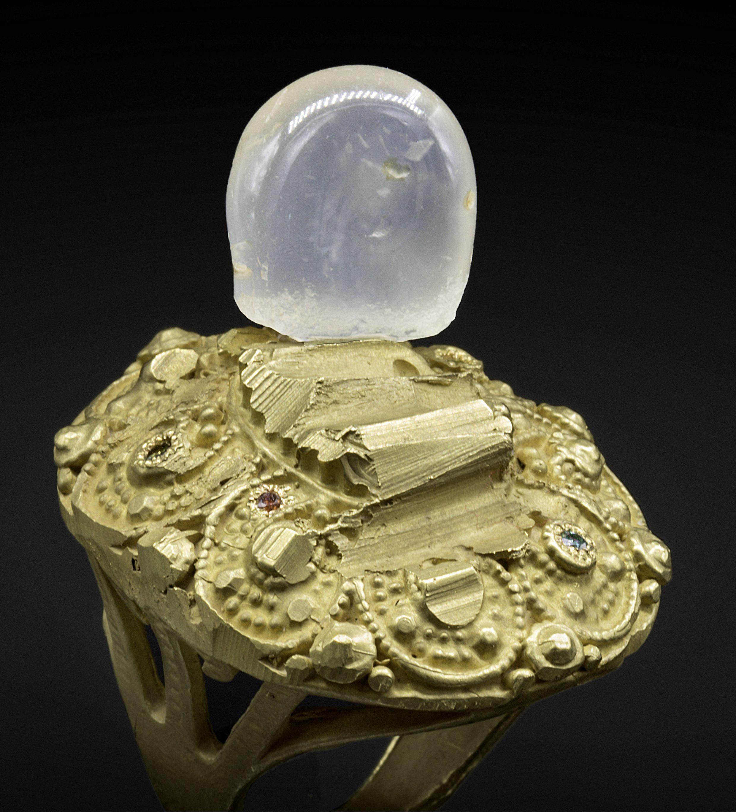 Karl Fritsch, ring, 2018. Foto Erich Spahn, goud, diamant, kristal