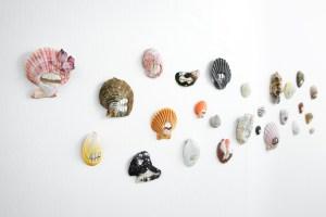 (smiling) faces, Benedikt Fischer, Pearly White, broches, 2020. Foto Sanna Lindberg, schelp, parelmoer, tentoonstelling