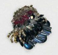 Rhonda Zwillinger, broche, 1989. Collectie Design Museum Den Bosch, S2009.019, kunststof, glas, metaal
