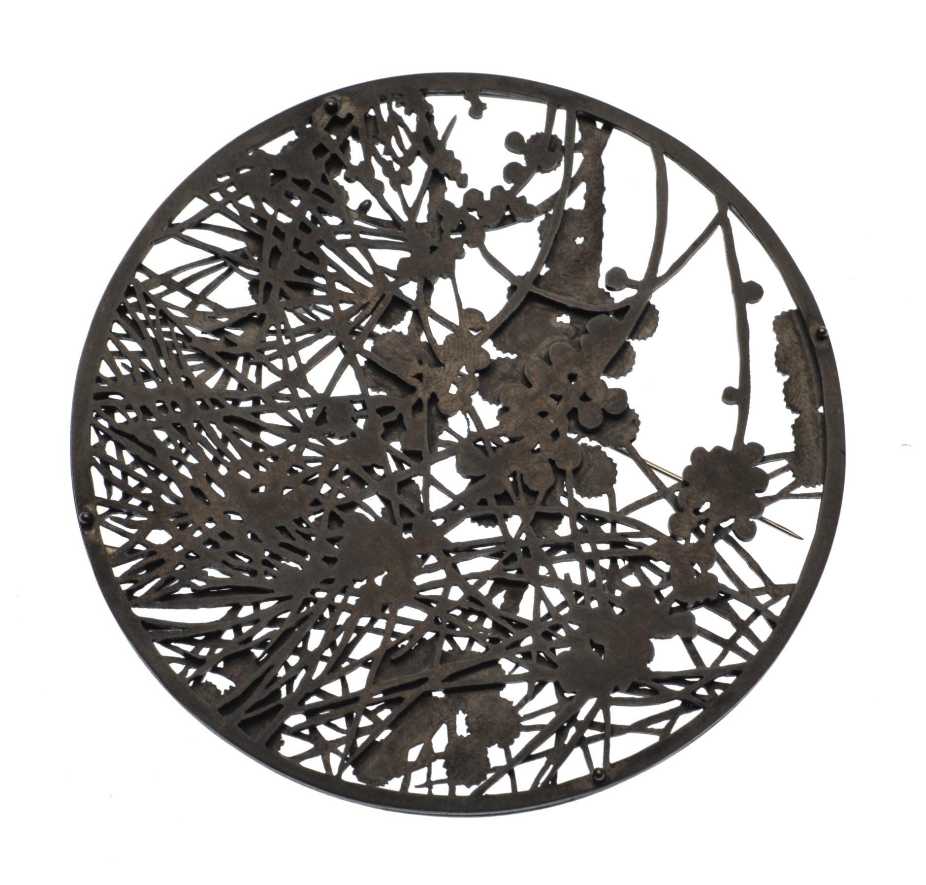 Marian Hosking, Casuarina Grampians, broche, 2014, gezwart en gezaagd zilver