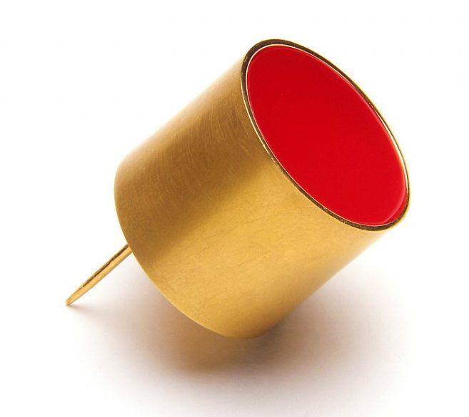 Paula Crespo, Red Cilinder, broche, 2014