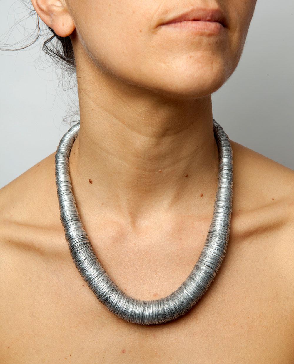 Barbara Schrobenhauser, Aluminium IV, halssieraad, 2015. Foto Barbara Schrobenhauser