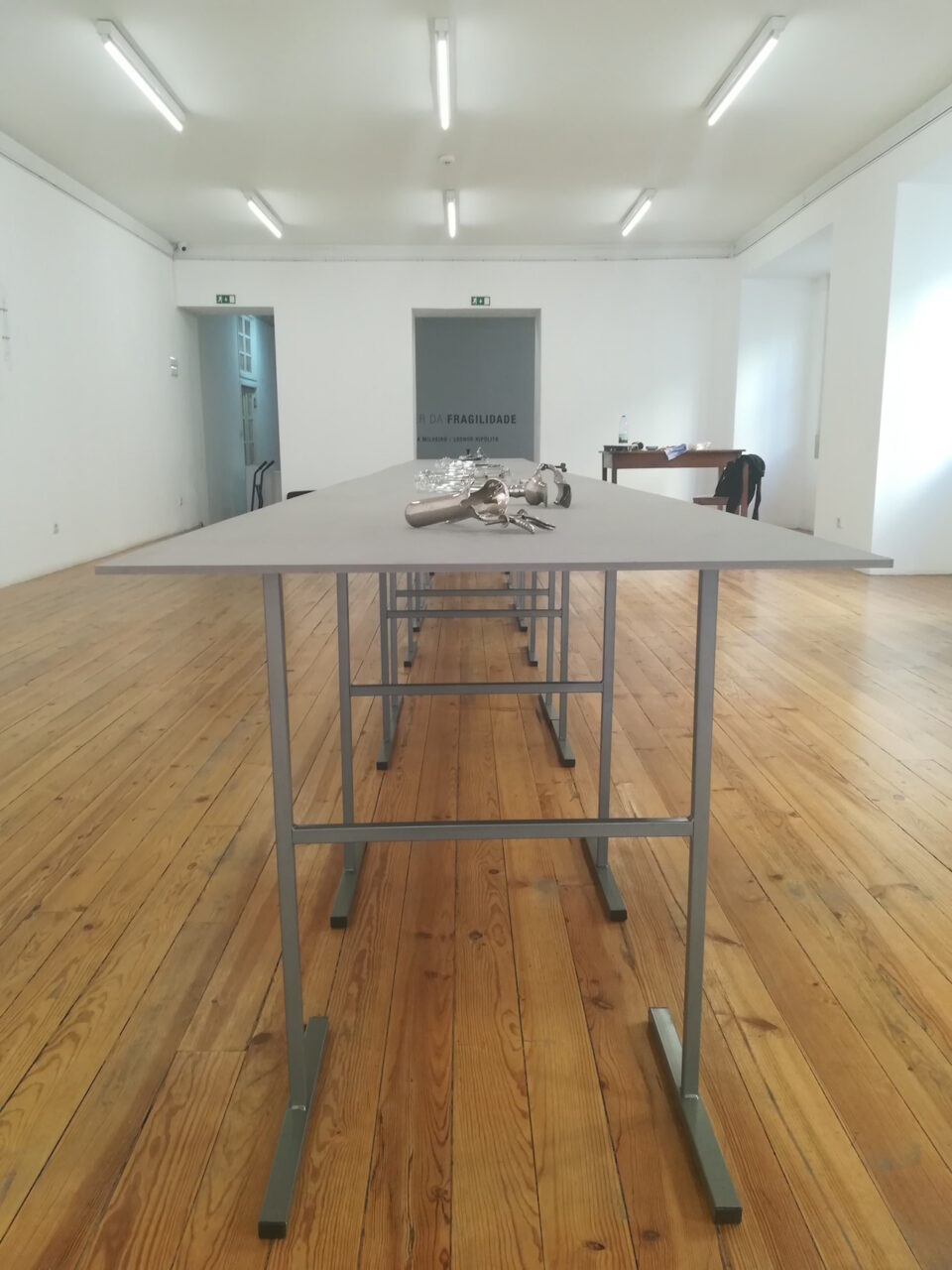 Teresa Milheiro, The Power of Fragility, 2019, verchroomd messing, glas, staal, tentoonstelling