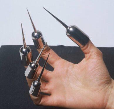 Teresa Milheiro, Antibite-fingerstall, 1989. Foto Luis Pais, verchroomd messing